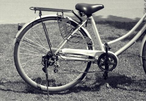 片付け01 自転車モノクロW480